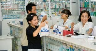 Dược sĩ bán thuôc trong nhà thuốc