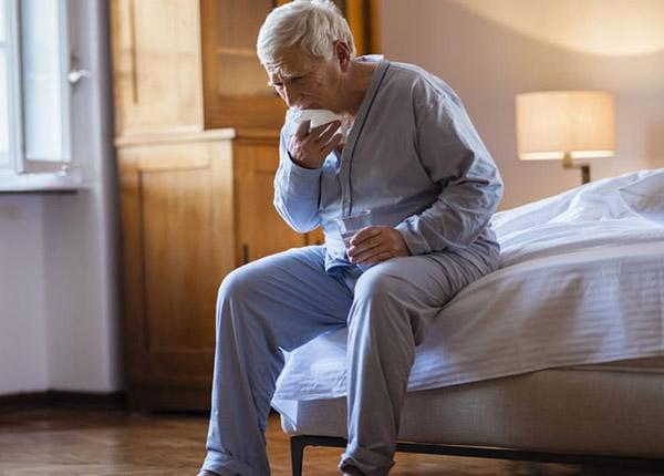 Người già ho nhiều về đêm sẽ ảnh hưởng đến giấc ngủ, khiến người khó chịu, mệt mỏi