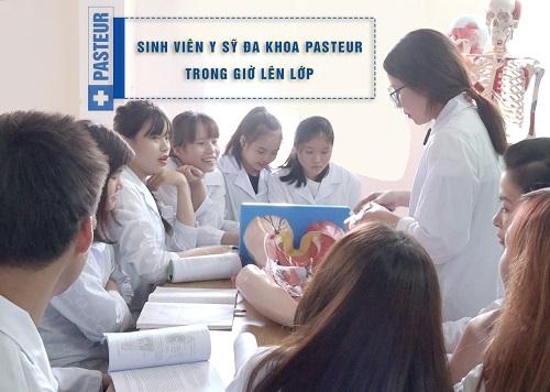 Sinh viên Y sĩ đa khoa trong giờ lên lớp