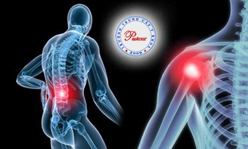 Điều dưỡng viên hướng dẫn phương pháp chống loãng xương