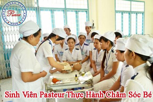 sinh-vien-pasteur-thuc-hanh-cham-soc-be